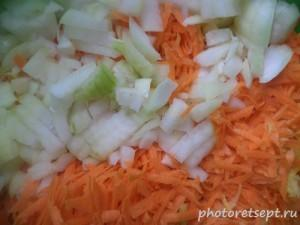 2.Чистем и нарезаем лук, морковь.
