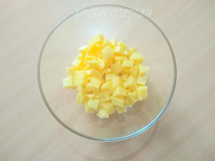 картофель кубиками нарезать