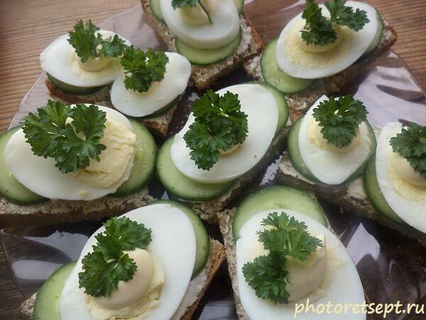 бутерброды с огурчиком и яйцом
