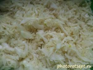 капусту отжать с луком