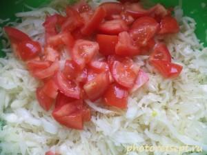 помидоры в капусту с луком