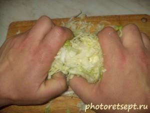 помять капусту в салат