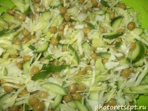 салат со свежей капустой огурцами и горошком