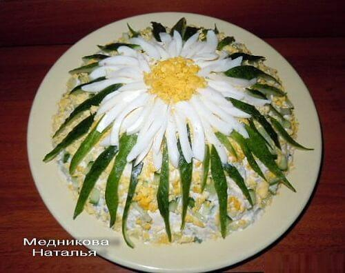 украшение салата ромашка