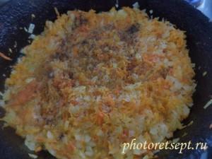 специи в лук и морковь