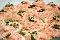 вкусный бутерброд с лососем и авакадо