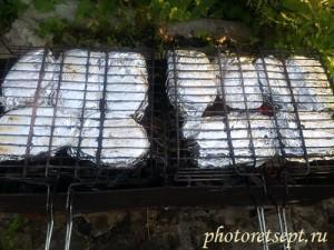 красная рыба в фольге жарится на мангале