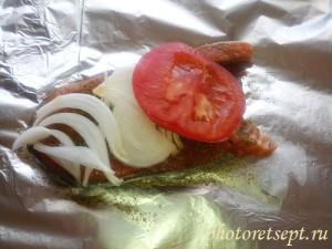 на ломтик красной рыбы положить лук и помидор