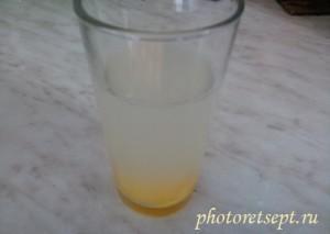вода с желтком в стакане