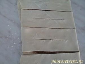 слоеное тесто нарезать на слойки