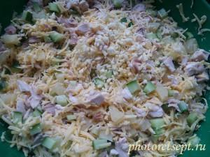 перемешать салат с курицей и ананасами
