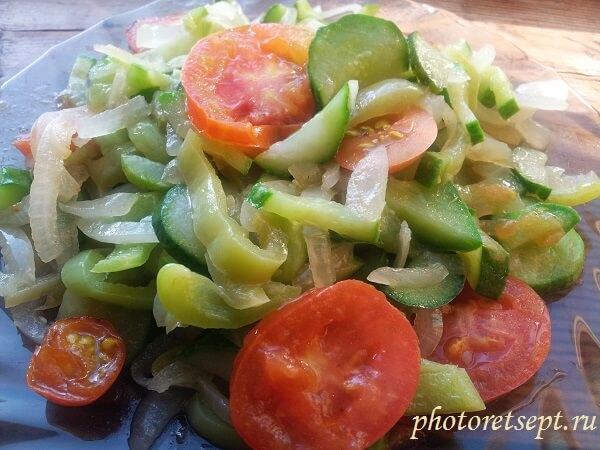 салат из жареных огурцов перц лука и помидор