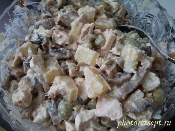салат с курицей ананасами и грибами