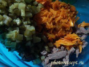 3 соленые огурцы нарезать кубиками добавить в салат