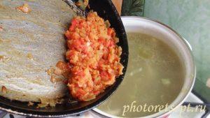 жареные лук морковь и помидоры в суп