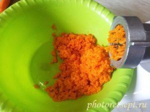 измельчить морковку на мясорубке