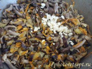 чеснок с тушеными овощами и грибами