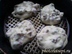 сырые оладьи на сковороде