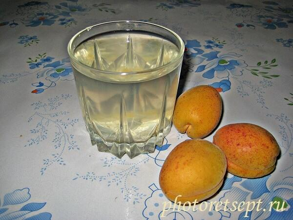 стакан абрикосового компота