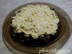 слой грибов и яиц с сыром