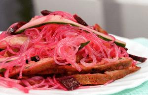 салат с фунчозой и свёклой