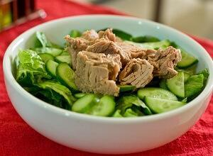 салат с тунцом огурцы