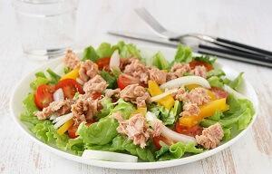 салат с тунцом овощной