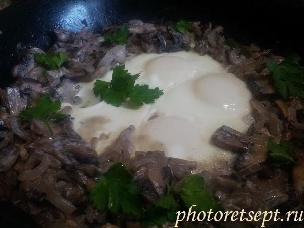 яйца с грибами в сметане