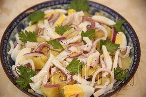 кальмаровый салат с картофелем