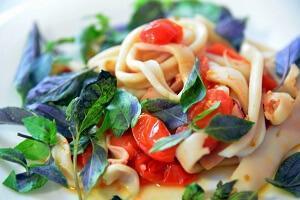 кальмаровый салат с помидорами