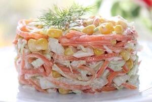 салат восторг с кукурузой и сухариками