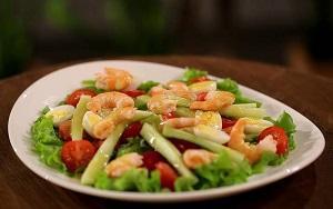 царский салат с креветками и авокадо