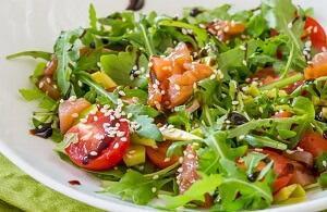 царский салат с лососем и помидорами черри