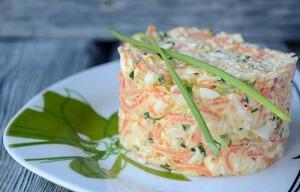 sloenyj-salat-s-korejskoj-morkovyu-syrom