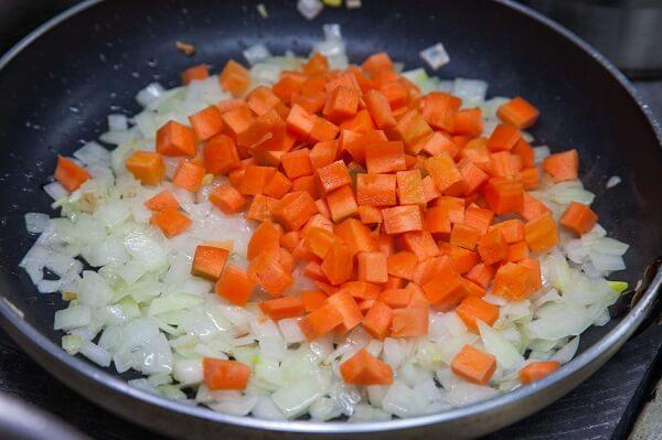 сначала лук потом морковь