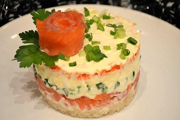 салат с красной рыбой морковью