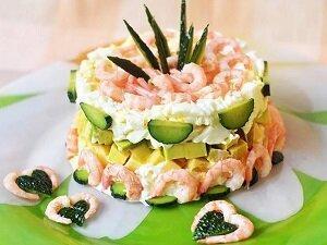 салат кальмары креветки авокадо