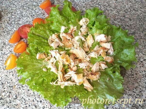 мясо на листья салата