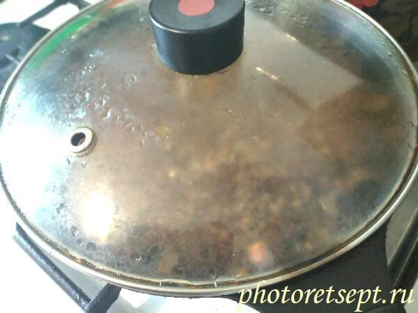 крышкой накрыть сковороду