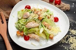 цезарь салат на тарелке
