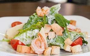 салат с креветками цезарь
