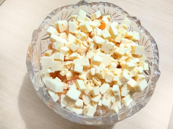 сыр кубиками к мандаринам