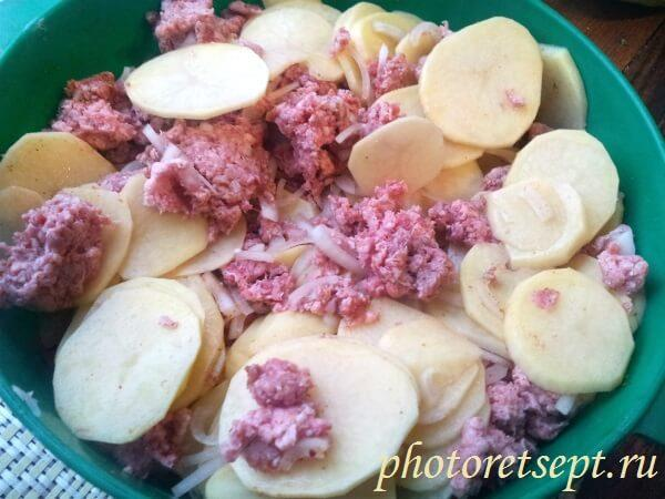 картошку с фаршем перемешать