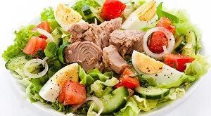 Овощной салат из консервы с тунцом