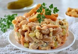 салат тунец фасоль сухарики