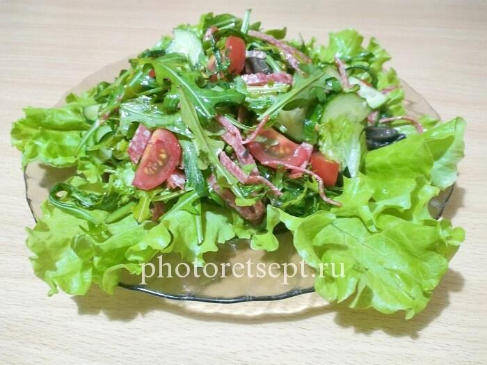 8 салат с рукколой и колбасой
