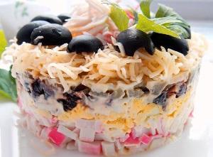 салат с крабовыми палочками чернослив огурец