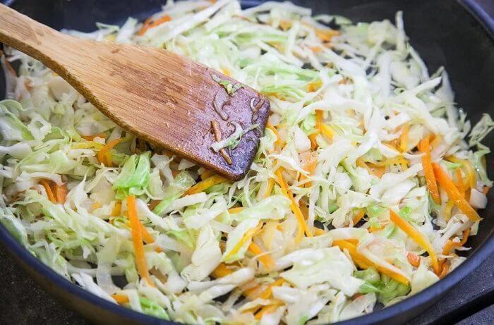 капуста жареная с луком и морковью