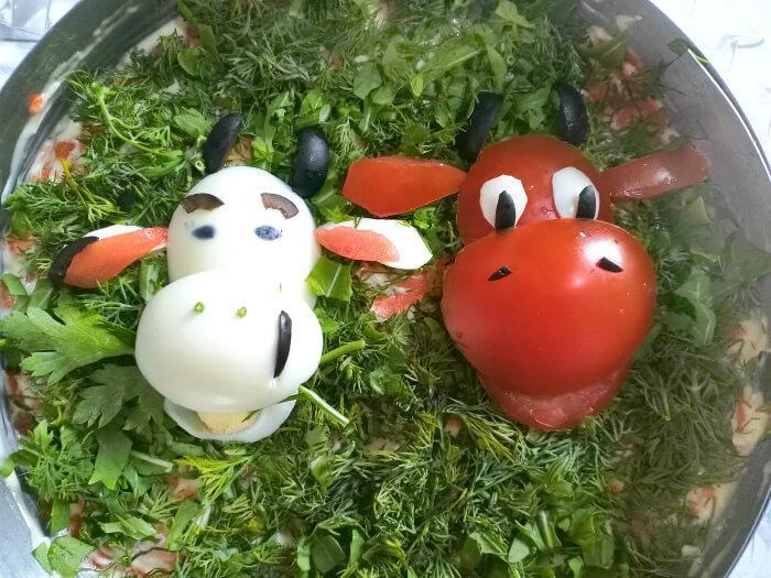 бык с коровой украшение салата