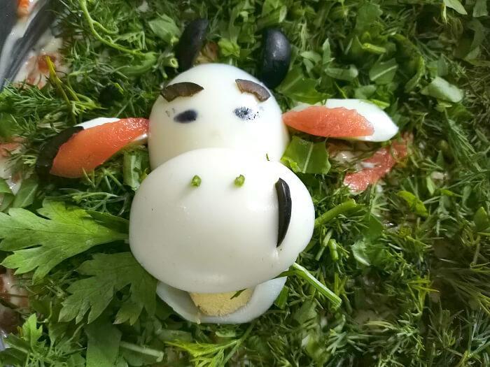 украсить корову из вареного яйца